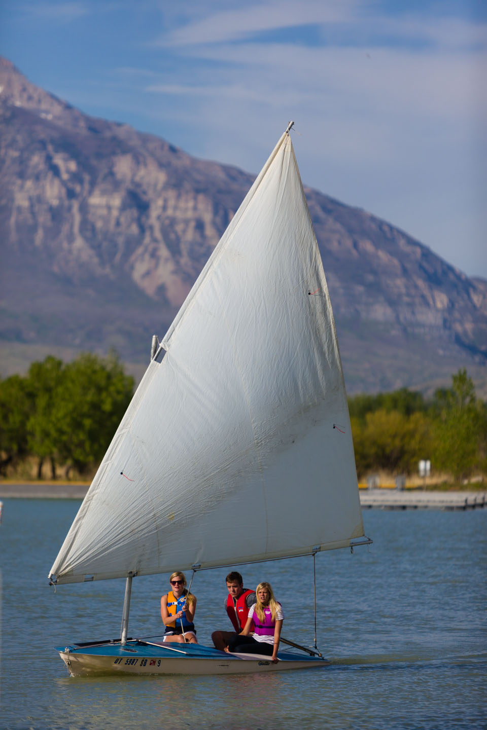 College students learn to sail